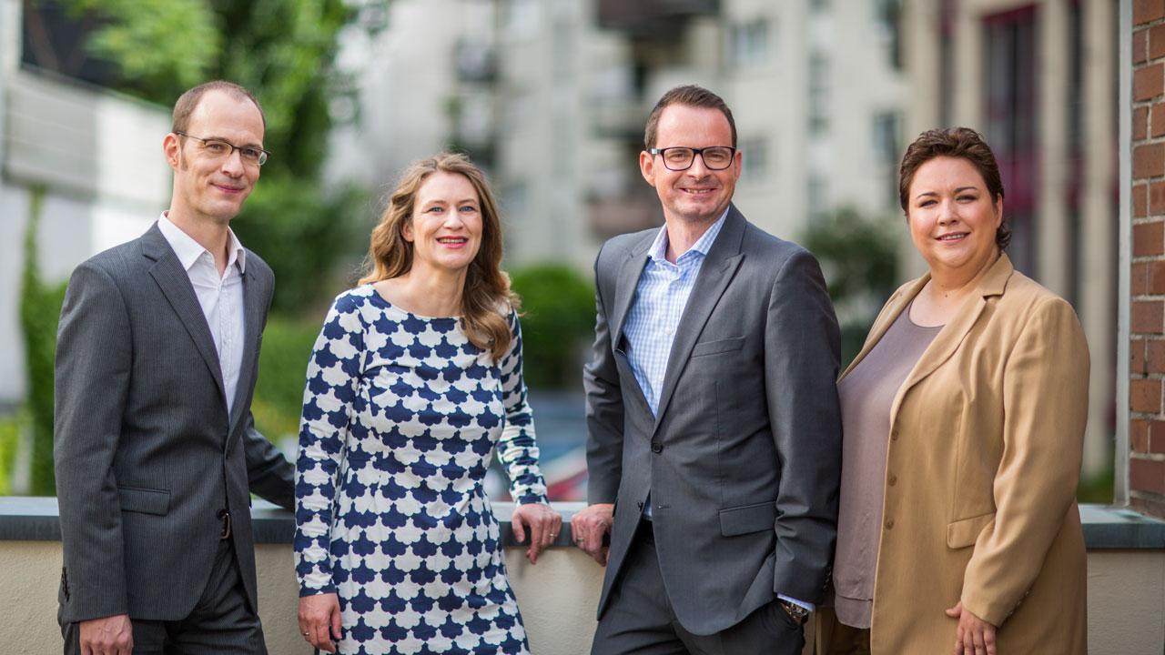 Businessfotos fuer ein Unternehmen in Koeln zeigen die Mitarbeiter als Team.