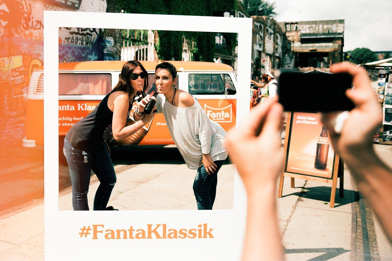 Gute Laune am Fanta-Bulli bei der Fanta Klassik Sampling Tour in Berlin.